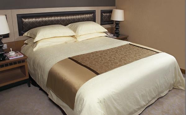 酒店客房床上用品效果图 酒店客房的床上用品又该如何选择: 酒店床上用品选购方法1:酒店在选择床品的时候,一定要做好顾客需求调查,最好能够亲身的体验一下,看实际的感觉如何,另外床体的设计也可能会影响的酒店客房的整体风格。 酒店床上用品选购方法2:挑选对客人最合适的床垫,不过,酒店更需要根据客人的需求,来选择是独立床垫还是分离式床垫。