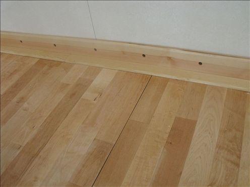 木质地板:地脚线之间接缝太大