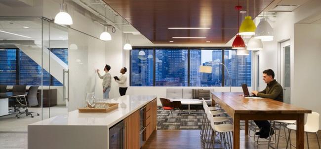 办公室装修在考虑地面材料时,谨记天然石材、瓷砖等材料不要大面积使用,因为这些材料含有放射性的氡气,尤其在使用较为频繁的空间内要更加慎重。 木地板下面不宜再铺装大芯板,木地板铺装时不少人为增加平整和坚固程度喜欢铺装人造板材,这种做法其实是不环保的,只打木龙骨架更有利于地板上下通风,减少污染。
