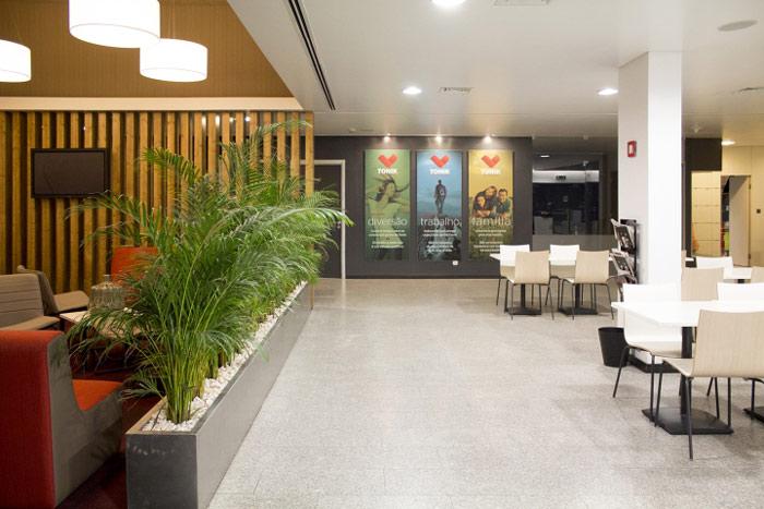 健康俱樂部辦公室圓桌區域空間裝修設計效果圖