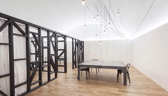 现代主义办公室室内空间设计的时候,利用厂房的搞空间创造出三个阁楼