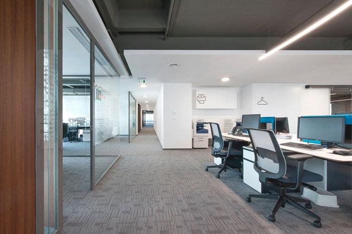 金融公司办公室过道装修设计案例效果图