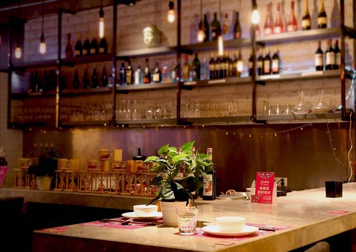 东南亚主题餐厅酒架装修设计效果图