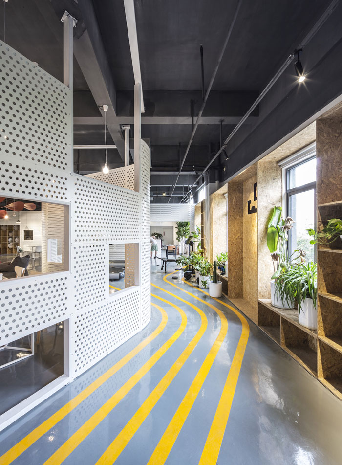 本次为800平方办公室装修设计效果图,设计师在办公室设计中,需要满足日常所需要的会客、办公、阅读、沙龙、健身、工作等功能,设计师通过一段连续的曲线墙面,创造出一个半围合的流动空间。   办公室前台