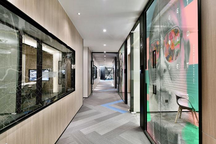 裝修設計效果圖,辦公樓設計面積11000平方,共8層樓,設計師在辦公室