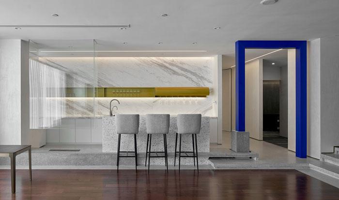本次为1300平方办公室装修设计效果图,设计师在办公室设计中,思考如何将艺术作品融入到办公空间,设计师对空间吊顶与墙面做了特殊处理,由于结构的改变,空间的融合也成为了可能。   办公室空间入口