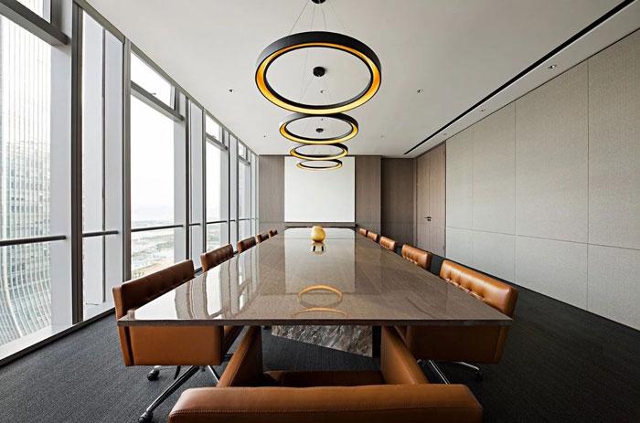 本次为投资控股公司办公室装修设计效果图,办公室设计面积2000平方,设计师在办公室设计中,以区别于传统办公空间为目标,设计师希望打造一个高品质的办公空间,同时富有时尚、艺术气息的品味办公空间。 办公室平面图