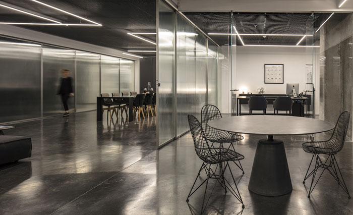 本次为食品进出口公司办公室装修设计效果图,办公室设计面积900平方,设计师以稳固的专业技术为基础,遵循以顾客为导向的组织结构,为顾客提供灵活、动态且人性化的办公室设计方案。   办公室办公空间