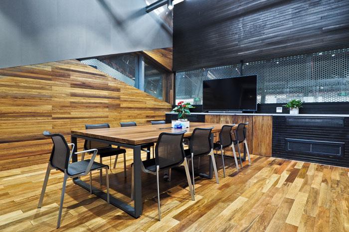 本次为实业投资公司办公室装修设计效果图,办公室设计面积2000平方,设计师巧妙的将结构加固、和悬浮办公的概念结合在一起,缔造出符合业主需求的,办公+运动+创意的新空间,为老厂房注入了新的活力。 办公室进门区