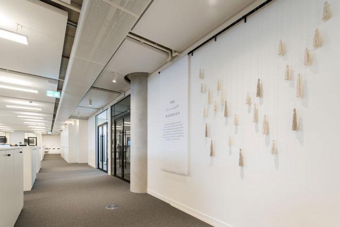 女装公司办公室办公区过道装修设计效果图