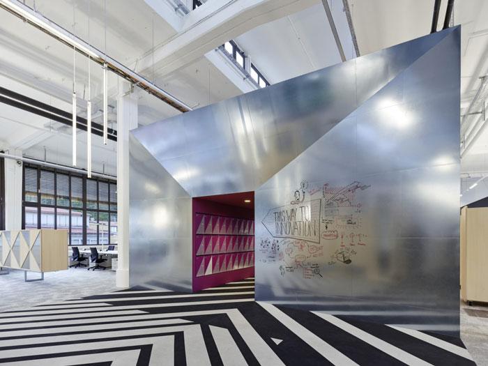 本次为厂区办公室装修设计效果图,办公室设计面积3200平方,设计师在办公室设计中,以创新、时尚、简约做为办公室设计关键词,目的就是希望为企业营造舒适的办公空间。   办公室进门区