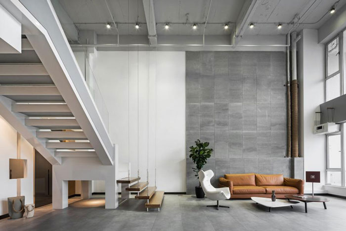 本次为杭州loft风格办公室装修设计效果图,办公室设计面积300平方,设计师在办公室设计中,摒弃一切无用之繁琐,返璞归真,裸露的水泥砖墙,裸露的水线管道,希望打造一个简练、干净的办公室设计方案。   办公室前台