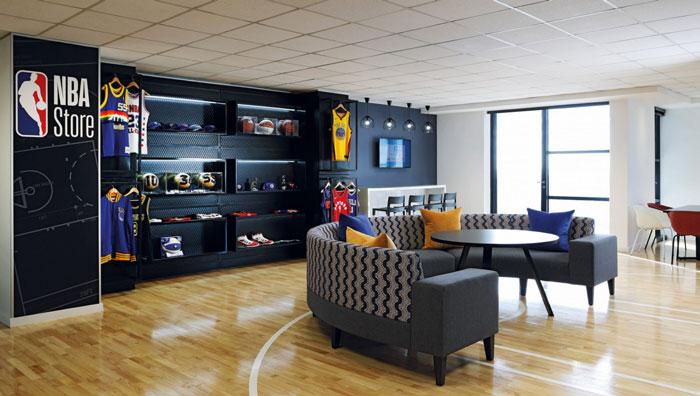 本次为体育用品公司办公室装修设计效果图,办公室设计面积600平方,设计师在办公室设计中,以篮球、简约为办公室设计关键词,目的就是为企业营造一个符合企业定位、适合办公的办公空间。   办公室前台