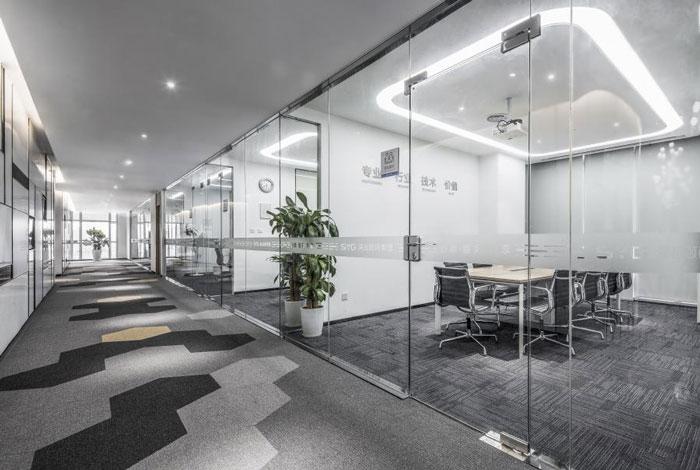 设计师在办公室设计中,以现代简约,工业风,自然做为设计关键词,目的就