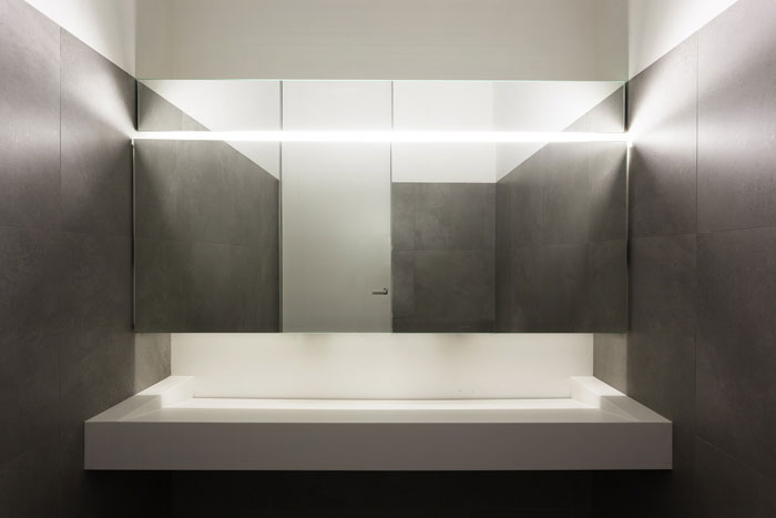 本次为办公楼装修设计效果图,办公楼设计面积3200平方,设计师在办公楼设计中,以简洁、现代、黑白为办公室设计关键词,目的就是希望打造一个极简的办公空间。 ▼办公室入口门厅