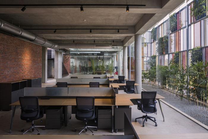 办公室设计面积4000平方,设计师在办公室设计中,以现场环境保持一致为