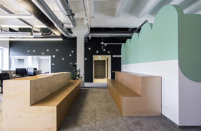 本次为科技公司loft办公室设计方案,设计师在办公室设计中,结合场地实际情况,提出以loft、工业风做为办公室设计理念,目的就是结合工业阁楼,打造一个现代+工业的双层办公空间。   科技公司进门区