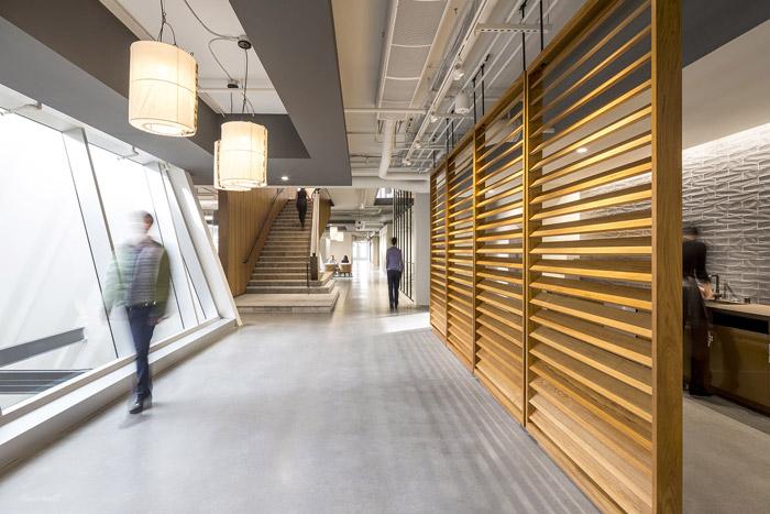 正文    本次为200人办公室装修设计效果图,办公室设计面积1800平方