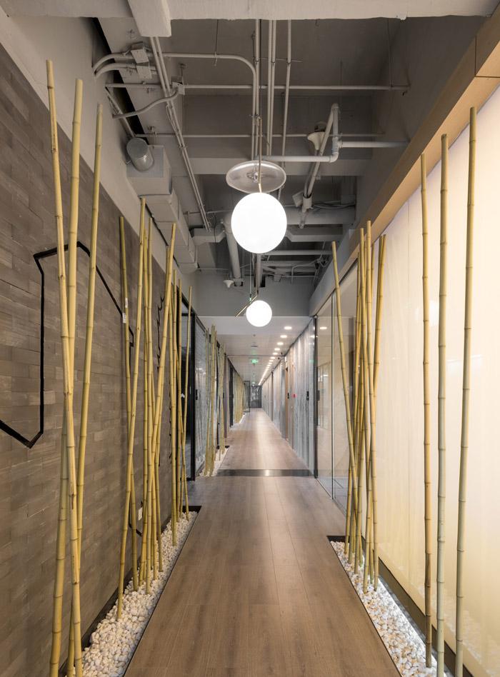 干净清爽办公室走廊装修设计效果图