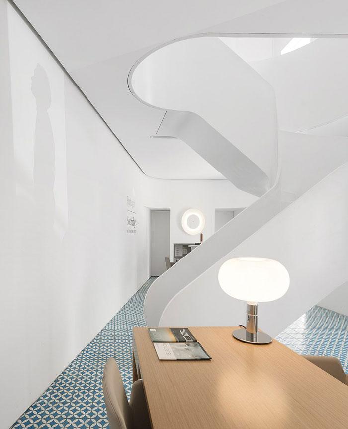 挑高层办公室进门区装修设计效果图